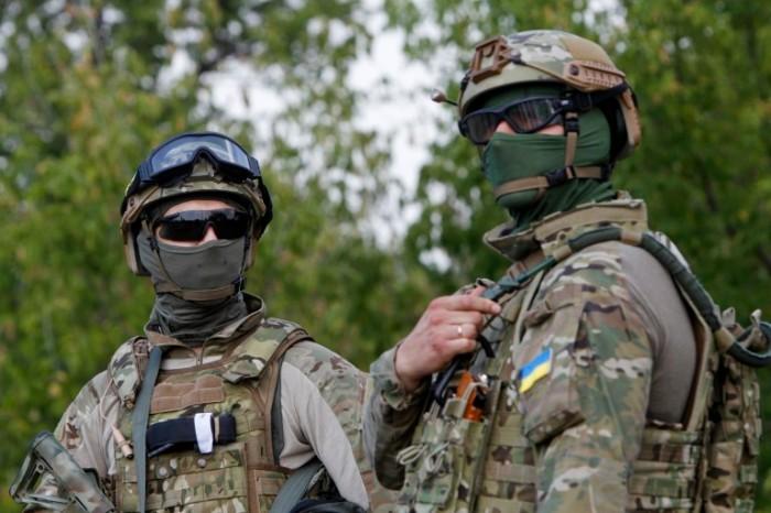Ukrainian servicemen guard a checkpoint near Debaltseve